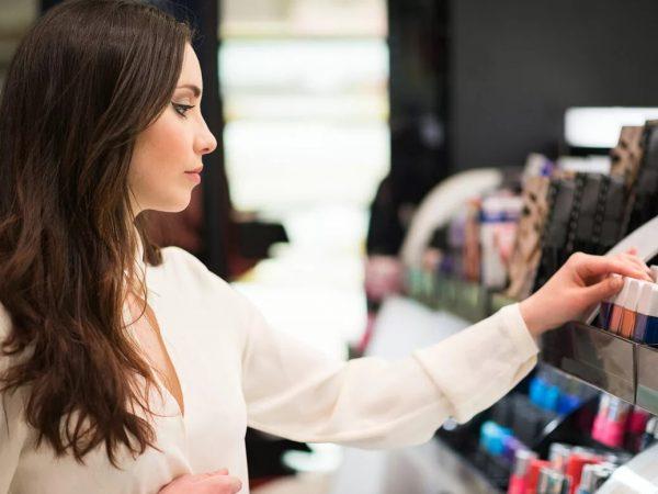 Jak bezpiecznie testować kosmetyki w sklepie